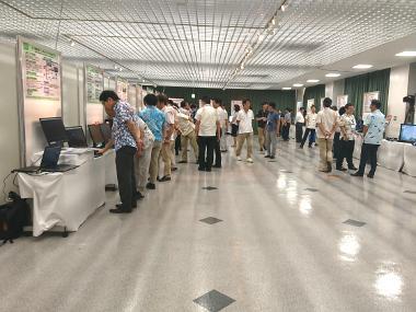展示会場の様子。大勢の来場者が展示物を閲覧中。